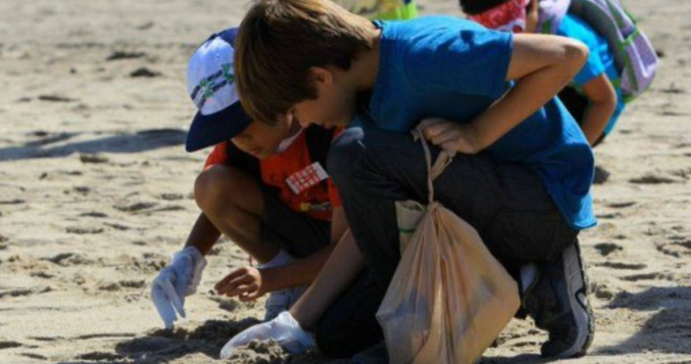 kids cleaning up beach