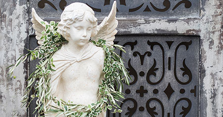 Angel statue with wreath